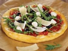 Пицца с рукколой и пармезаном