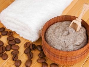 Как приготовить антицеллюлитный скраб из меда и кофе?