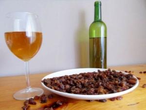 Тонкости приготовления вина из изюма