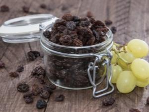 Чёрный изюм: свойства и правильное употребление сушёного винограда