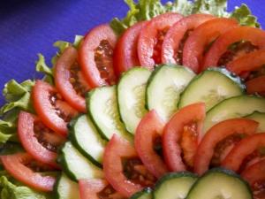 Как красиво нарезать огурцы и помидоры?