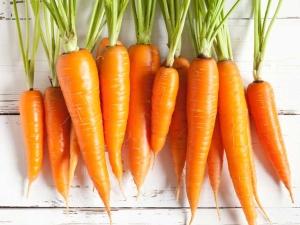 Какие витамины и другие полезные вещества содержатся в моркови?