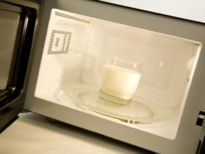 Можно ли нельзя греть молоко в микроволновке?