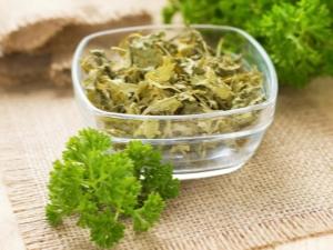 Сушеная петрушка: какими свойствами обладает и как засушить зелень?