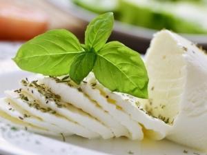 Диетический сыр: нежирные и лёгкие сорта для диеты, список с.