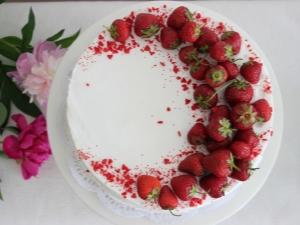 Как красиво украсить торт клубникой?