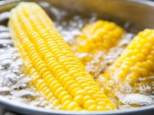 Как варить кукурузу в кастрюле?