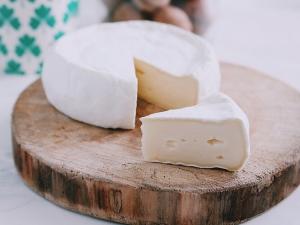 Камамбер: что это такое и как правильно есть сыр с белой плесенью?