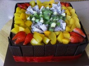 Как красиво украсить торт фруктами?