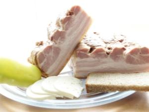 Вареная грудинка из свинины в домашних условиях