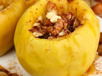 Яблоки с орехами, медом и корицей после запекания