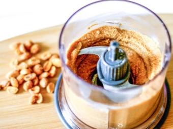 Смешивание компонентов в блендере для арахисовой пасты