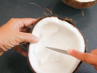 Отсоединение мякоти кокоса - разрезать кусками