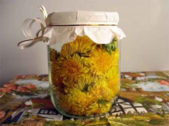 Цветы одуванчика с растительным маслом
