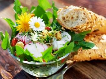 Салат из одуванчиков с редисом