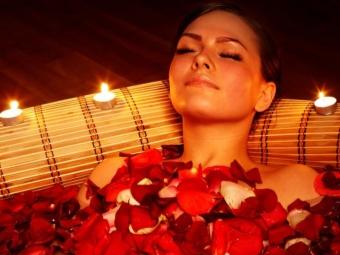 Ванна с розовыми лепестками и эфирным маслом розы