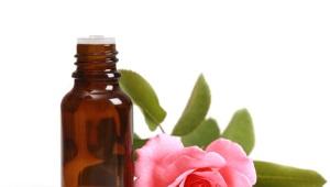 Эфирное розовое масло и приготовленное в домашних условиях