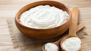 Деревенская сметана: чем хорош домашний продукт и насколько он калориен?
