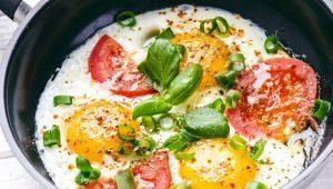 Рецепты приготовления яичницы с помидорами и луком