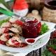Готовим к мясу соус из черной и красной смородины
