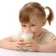 С какого возраста и как вводить в рацион ребенка коровье молоко?