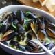 Как приготовить мидии в сливочно-чесночном соусе?