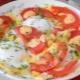 Как приготовить яичницу с сыром и помидорами?