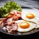 Как сделать яичницу с помидорами и беконом?