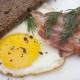 Рецепты приготовления яичницы с беконом