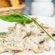 Куриное филе с грибами в сметанном соусе: способы приготовления и полезные рекомендации