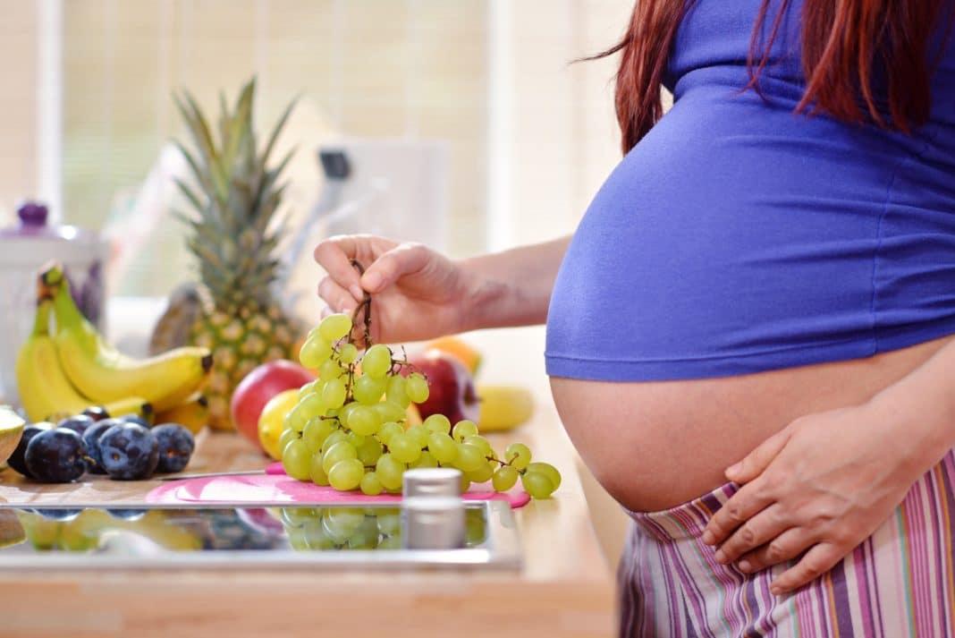 Можно ли кушать виноград беременным