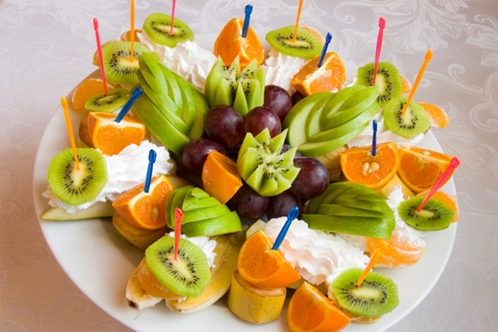 kak-krasivo-narezat-frukty-na-prazdnichnyj-stol Нарезка фруктов (26 фото): как красиво нарезать фрукты праздничный стол? Оформление фруктового ассорти в домашних условиях пошагово
