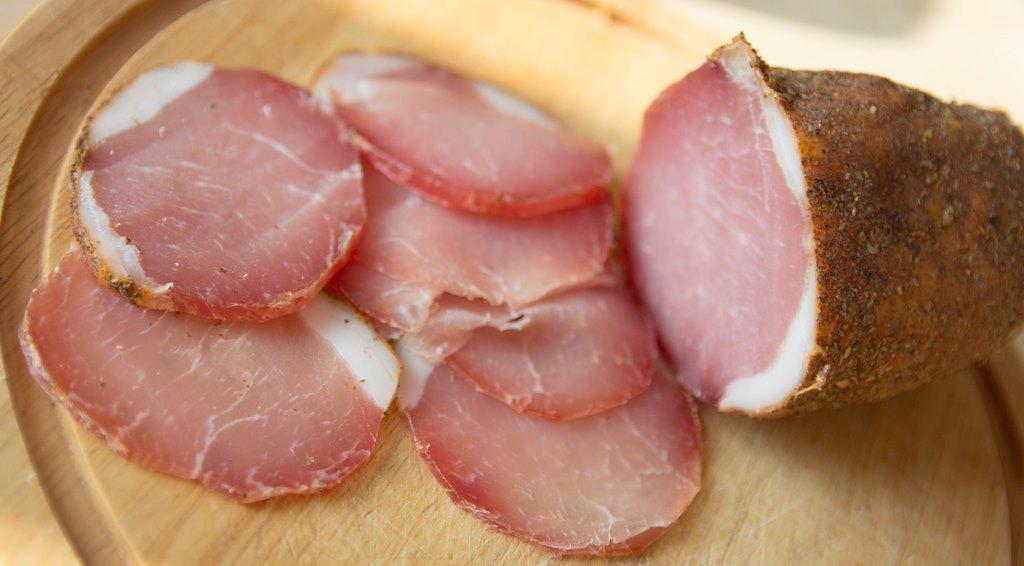 Поместить свинину в миску и хорошенько обсыпать крупной солью со всех сторон.