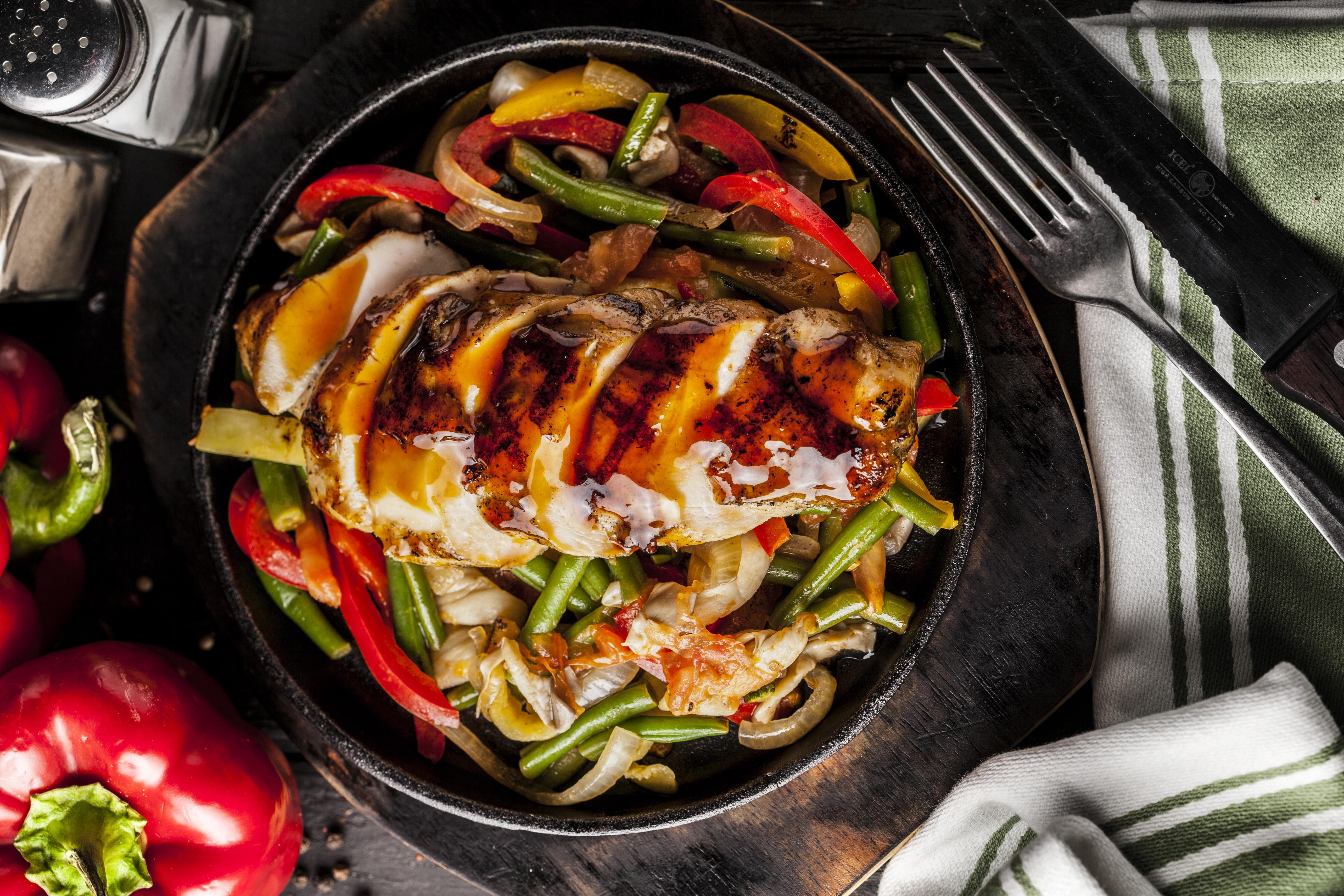 Рулетики из куриной грудки с грибной начинкой в пикантном луковом соусе добавить соль, перец, полстакана воды для лучшего вкуса - куриный бульон.
