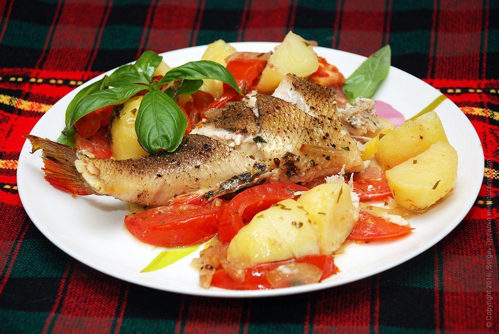 Тушеный в сметане морской окунь можно подавать в качестве самостоятельного блюда или великолепной закуски, поэтому не расстраивайтесь, если несколько кусочек рыбы останется.