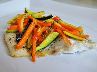 Жареная дорадо с овощами и черным перцем