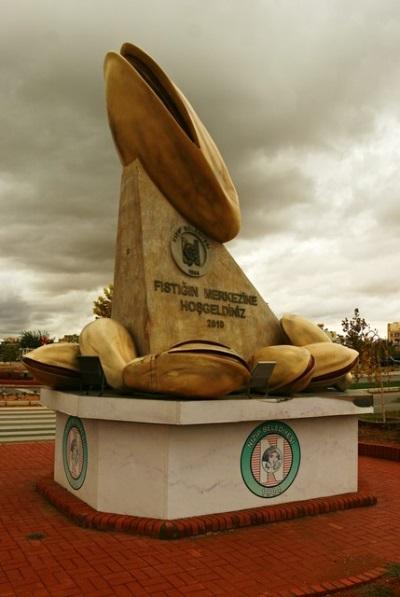Памятник фисташке