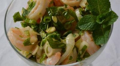 Салат с креветками и лемонграссом