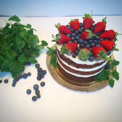 Торт с ягодами и мелиссой