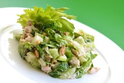 Салат с сельдереем, курицей и овощами