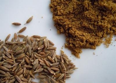 Целые и молотые семена зиры