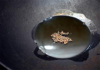 Зира на сковородке с маслом