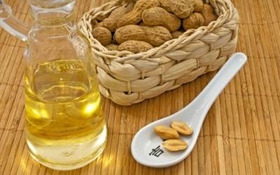 Масло арахиса полезно для организма и хорошо помогает в устранении некоторых физиологических проблем