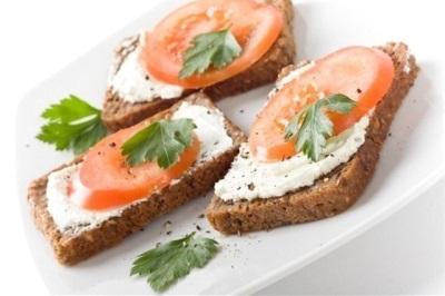Бутерброд с хреном и помидорами