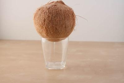 Вода Сок стекает из кокоса