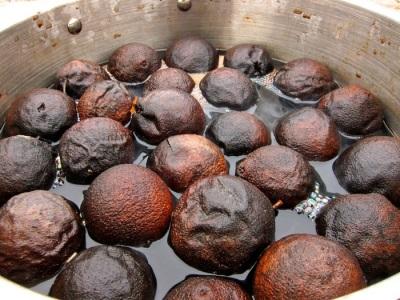 Замачивание черного ореха для легкой чистки от кожуры