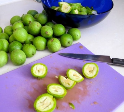 Зеленые грецкие орехи благотворно воздействуют на весь организм