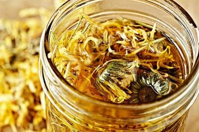 Соцветия календулы с оливковым маслом