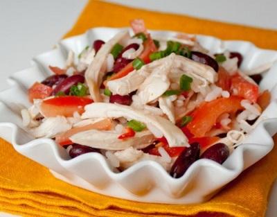Корейский салат с курицей, фасолью, рисом, зеленью, миндальным маслом