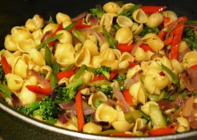 Макароны с овощами и перцем табаско